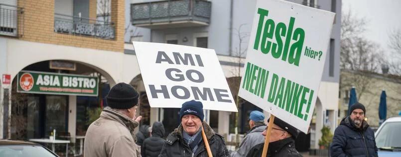 Protest gegen Tesla in Grünheide: Ami go Home!